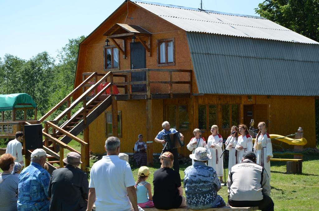 Концерт на фоне гостевого Дома дает Гнездовский ДК