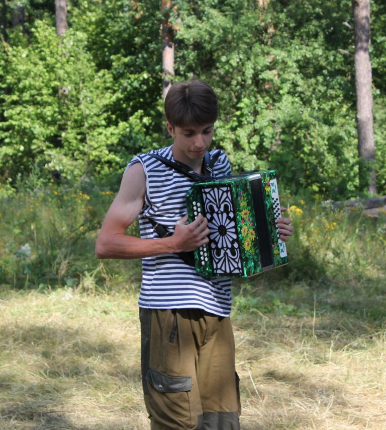 Александр Воинов – новичок в отряде, отлично играет на баяне.
