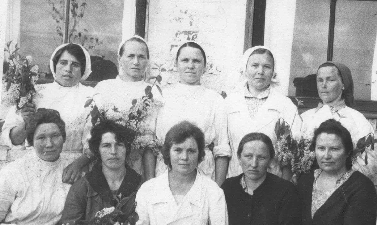 Коллектив Краснинского овощесушильного завода. На снимке: Мария Андреевна (во втором ряду вторая слева) вместе со своими коллегами