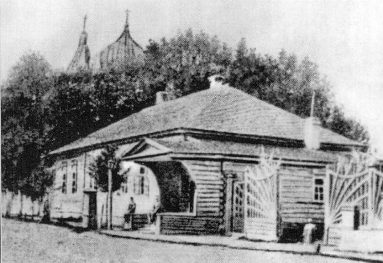 Дом Д.С.Стунеева и М.И.Стунеевой, урождённой Глинки, в Ельне. За домом виднеются купола Воскресенской церкви, построенной на средства Л.И.Шестаковой. Позднее здесь располагалась детская музыкальная школа.