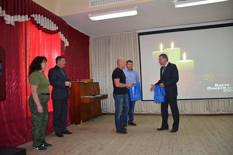 Глава района Е.Беляев вручает гостям памятные подарки