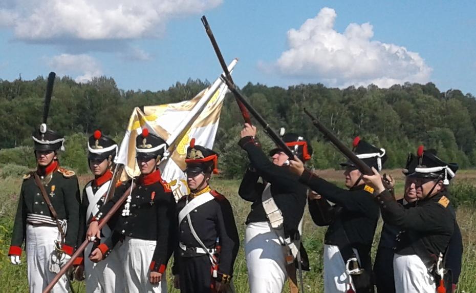 Торжественное построение у захоронения русских и французских воинов