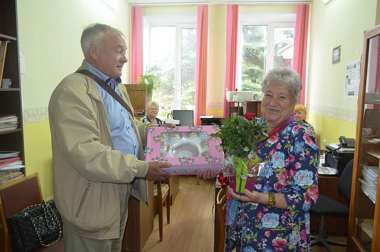 Resize of Г.А. Печкарев вручает подарок Председателю Сычевской районной организации инвалидов Г.П. Головкиной