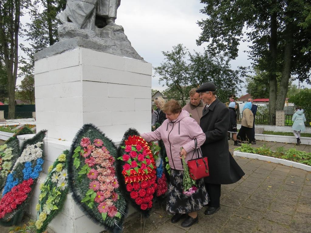 Возложение венков к могилам павших на Центральном братском захоронении