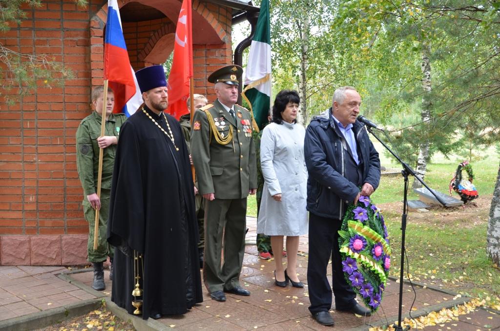 На Поле Памяти выступает Глава Демидовского района А.Ф. Семенов