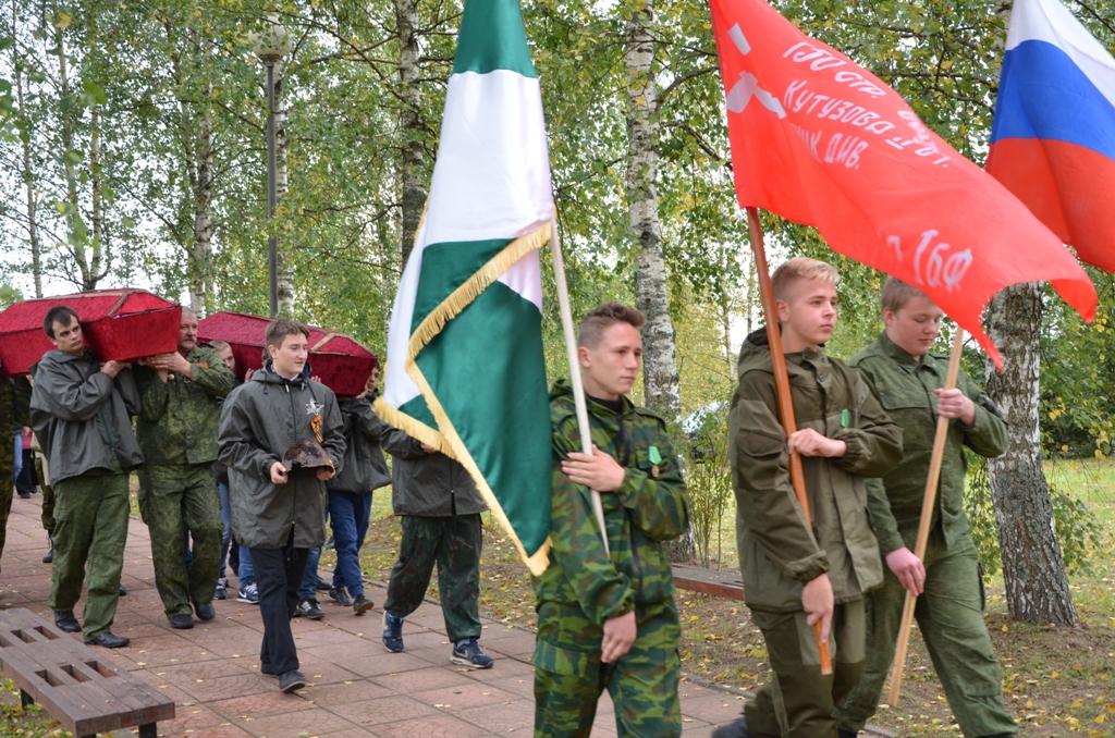Останки поднятых воинов Красной Армии вносятся на Поле Памяти