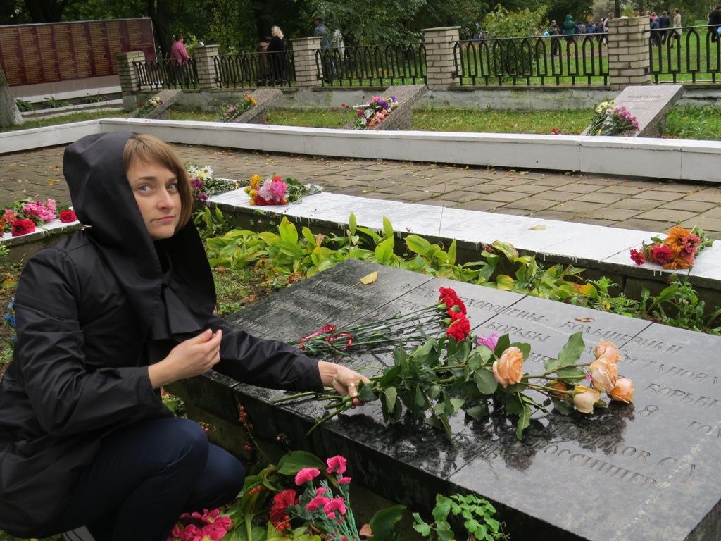Цветы погибшим солдатам